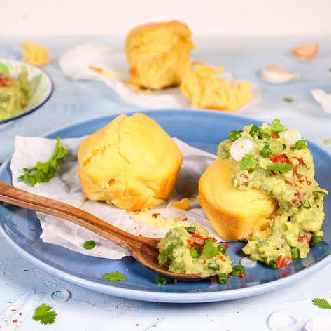 Maisbrot-Muffins mit Chipotle-Chili & Guacamole