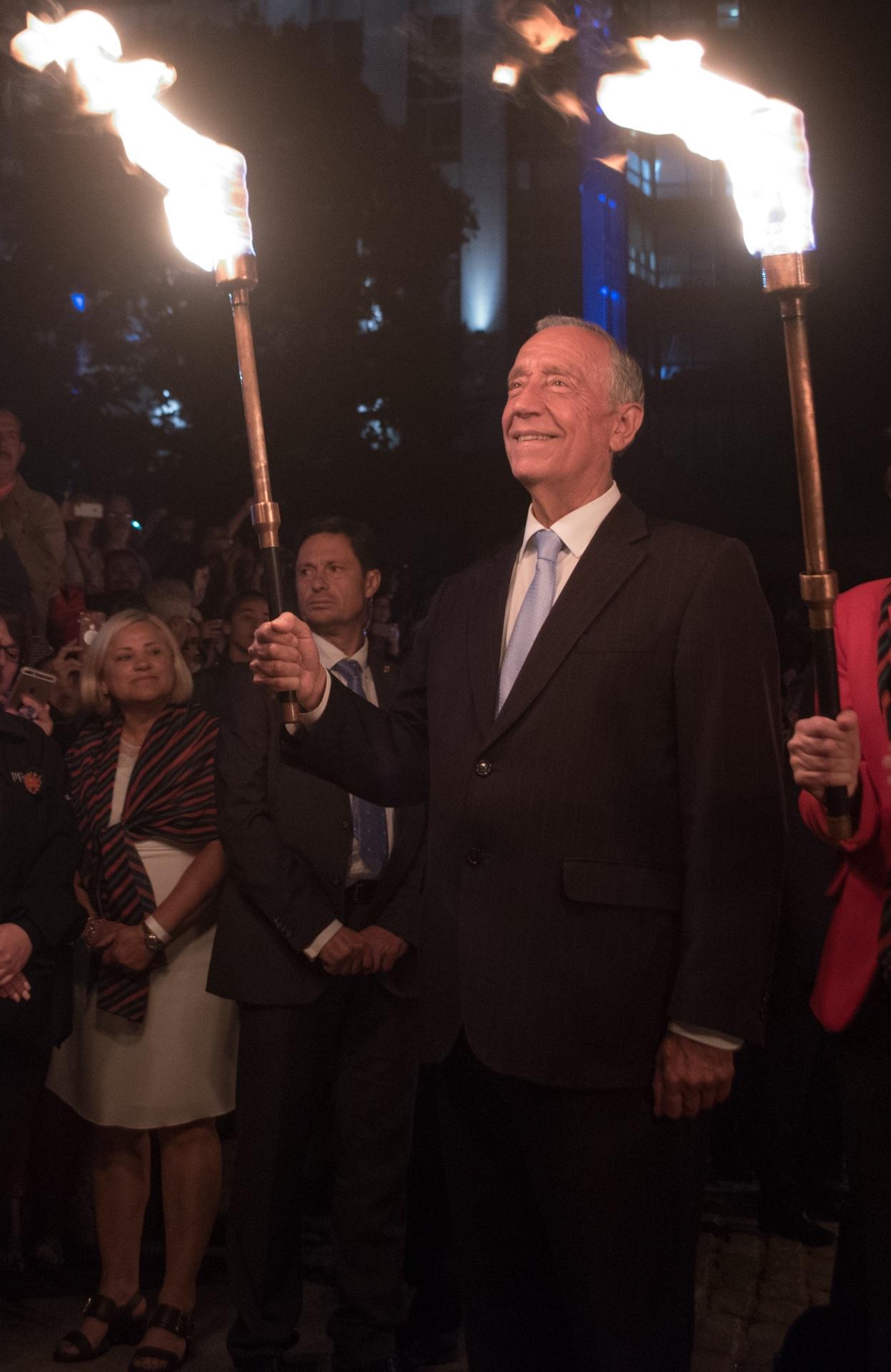portuguese-president-marcelo-rebelo-de-sousa-lighting-waterfire-for-ri-day-of-portugal_40984418080_o