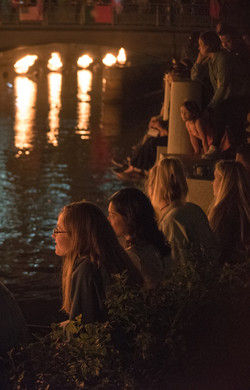waterfire-visitors-sitting-by-the-fires_40984417770_o