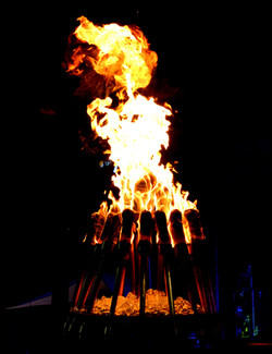 the-spire-of-fire-torches-at-the-alex-and-ani-city-center_40984417250_o