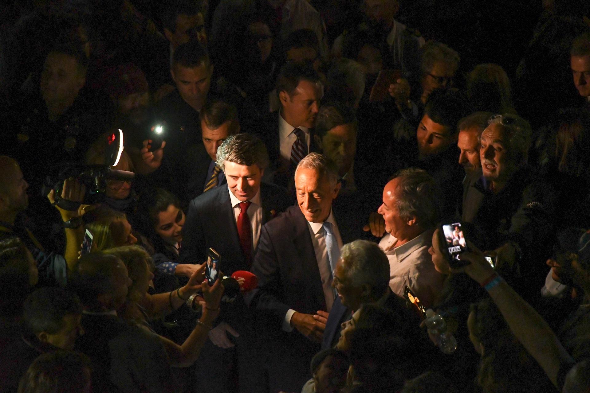 portuguese-president-marcelo-rebelo-de-sousa-greeting-members-of-the-crowd_41893860335_o