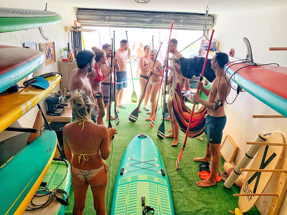 Lezione di gruppo di Stand up paddle dentro la nostra sede del lago di garda