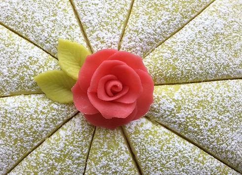Rosa marsipanros på princesstårta