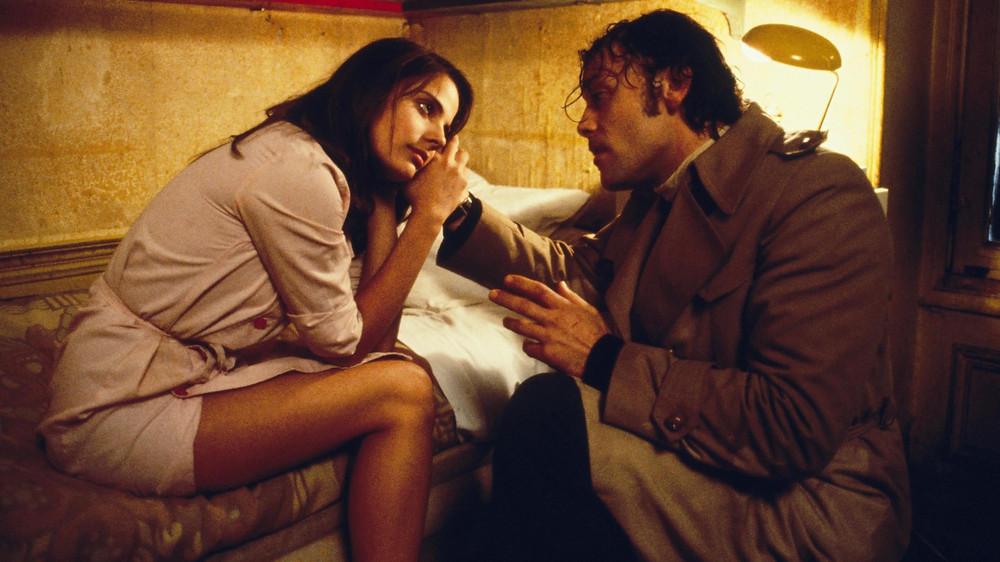 Photo du film Série noire, Alain Corneau, Patrick Dewaere, Marie Trintignant. Marie Trintignant embrasse Patrick Dewaere dans une voiture.