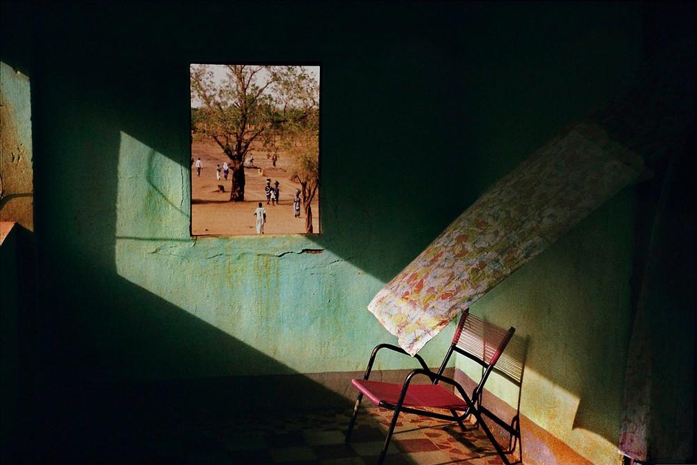 Photo : Mali, Town of Gao, Terrace of a local hotel, Harry Gruyaert, Magnum Photos. Vue de Gao à travers la fenêtre d'un hôtel, ombre et lumière.
