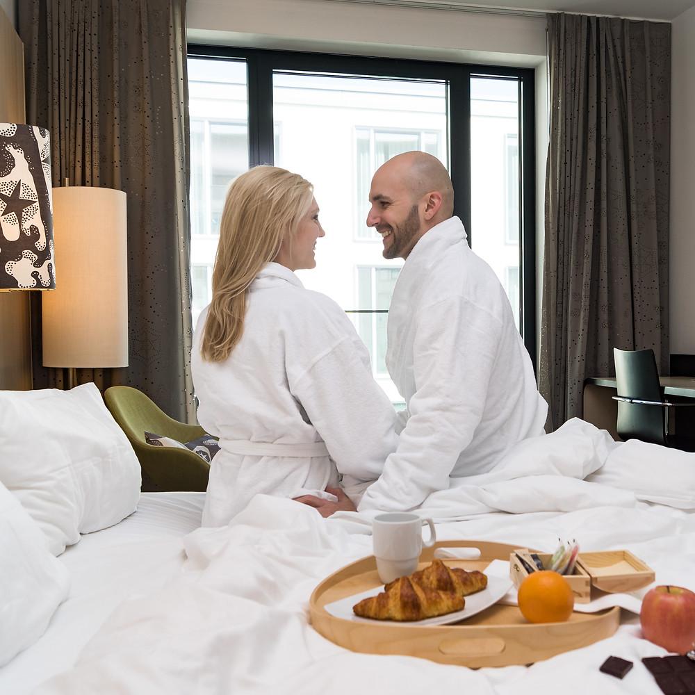 Paar, Hotelzimmer, Frühstück