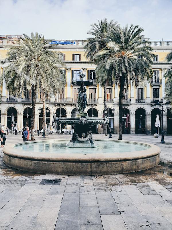 Barcelona, Brunnen, Palmen