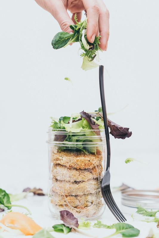 Zucchinilaibchen, Salat, Hand