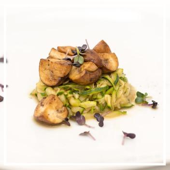 Zucchini mit marinierten Champignons