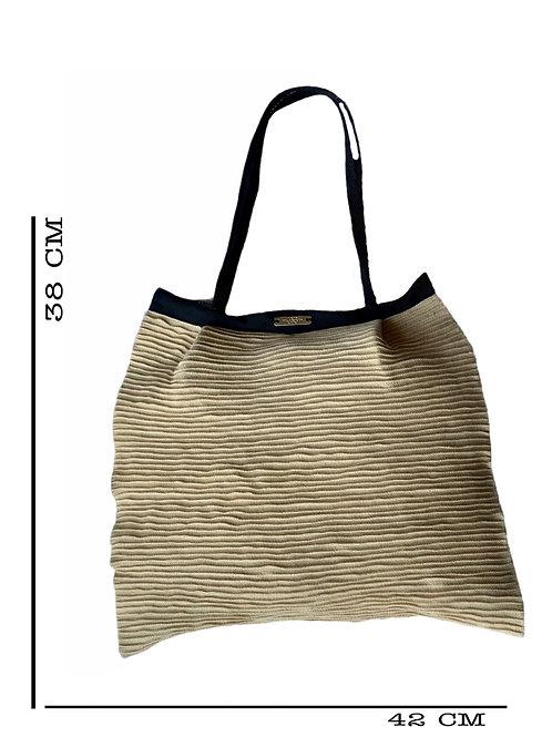 Bolsa em fibra natural com nervuras e alças em tressê de veludo