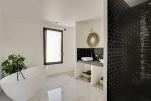 Salle de bain contrastée