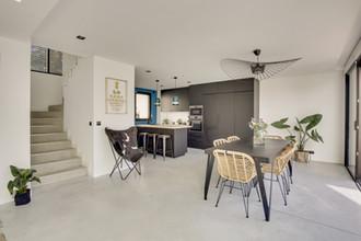 Salle à manger, escalier et cuisine