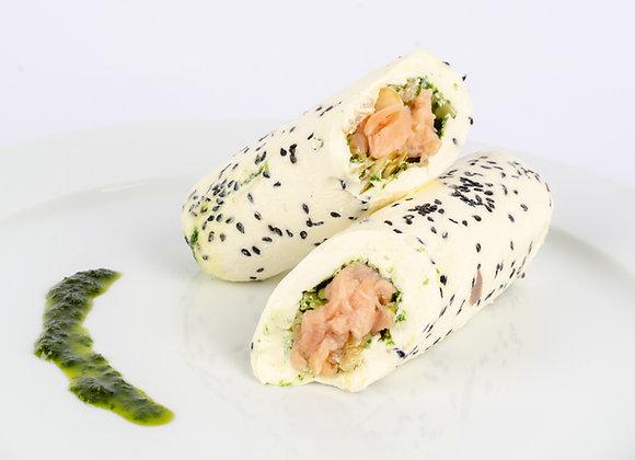 Rollo de queso filadelfia relleno de salmon ahumado y pesto de perejil