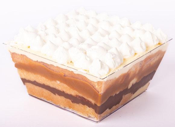 Tres leches con crema pastelera de chocolate, manjar, crema y merengue