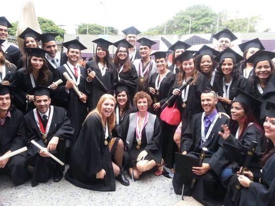 Camila Pulgar y Vicente Lecuna, pasantes graduándose