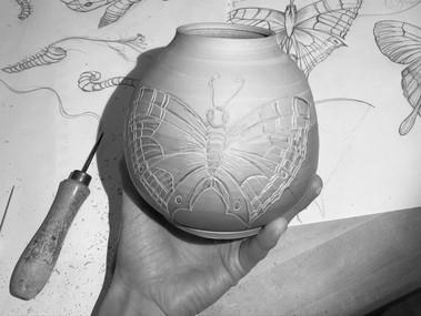 So geht die Mishima Technik: Das Motiv wird eingeritzt. Die Linien sind mit Farbe bedeckt. Wenn die Farbe trocken ist, wird der Überschuss gekratzt, so dass die feinen Linien zum Vorschein kommen.