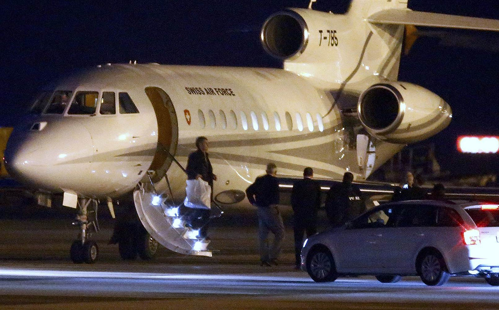People walk off a plane carrying three Iranian-Americans, who left Tehran under a prisoner swap, after it landed at Cointrin airport in Geneva, Switzerland on Jan. 17, 2016. DENIS BALIBOUSE / Reuters