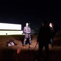 Standup készítés a houstoni NASA központ előtt, este.