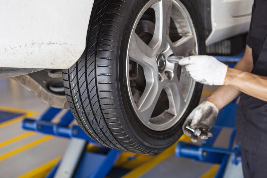 アルミ、タイヤ交換、バランス取り、アライメントもお任せ下さい。