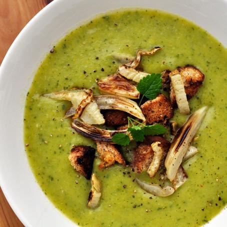 Zucchini-Lauch-suppe mit gebratenem Fenchel und Croûtons