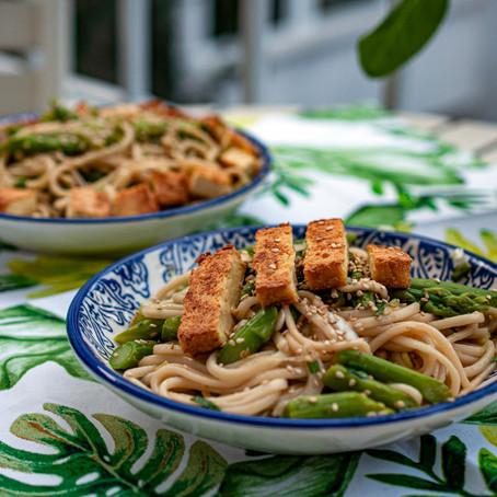 warmer Asia Spargelsalat mit Udon-Nudeln