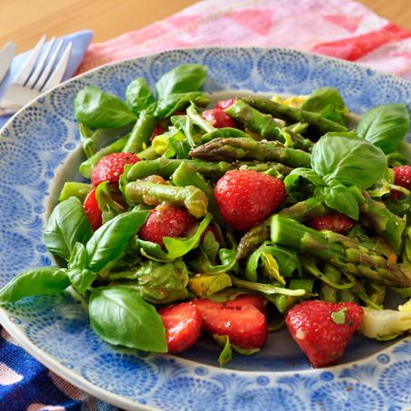 Grüner Spargelsalat mit Erdbeeren, Basilikum, Rucola und Latuga