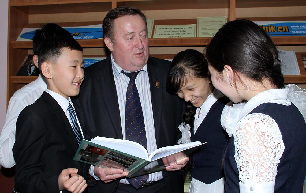 Фомин с детьми к статье Интерес к истории растет.jpg
