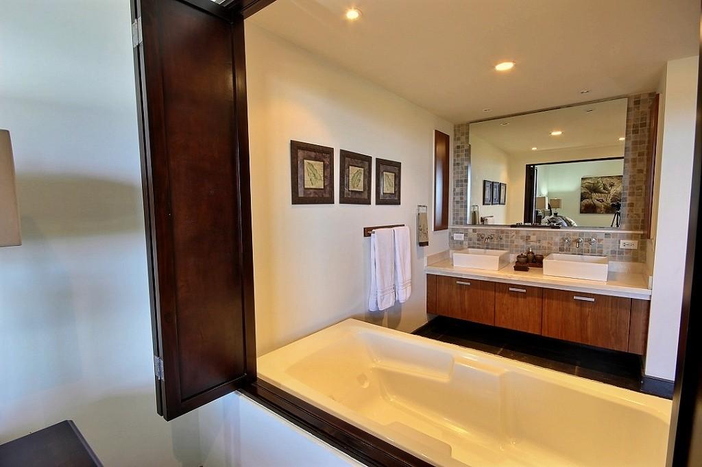 la_perla_tamarindo_master_bath