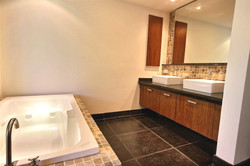 la_perla_master_bathroom