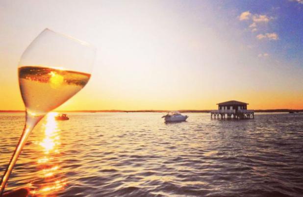 Sirotez votre rosé en admirant un magnifique couché de soleil en bateau