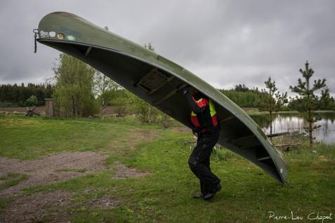 La région est parsemée de nombreux lacs et certains nichoirs sont situés sur des îles. C'est pourquoi Pentti doit régulièrement utiliser son canoé, qu'il manie avec un grand savoir-faire !