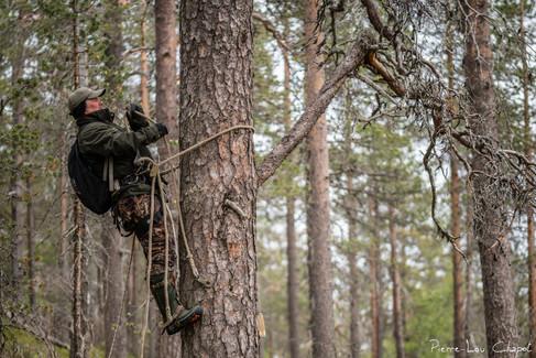 Même si Jarmo semble à l'aise dans cet exercice, on imagine l'épreuve physique que représente cette ascension à la verticale, qui dure en générale plusieurs dizaines de minutes !