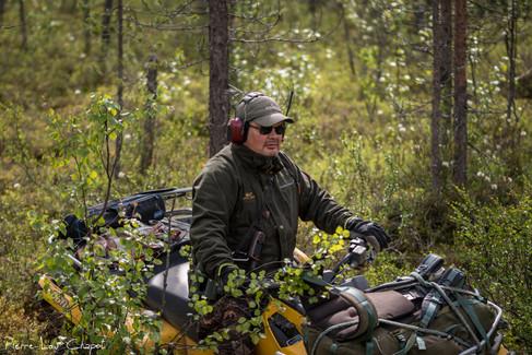 Lorsque les nids sont encore plus éloignés, Jarmo monte à bord de son robuste ATV (all-terrain vehicle), véritable passe-partout.