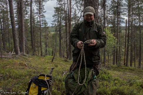 Enfin, Jarmo me présente son système de cordage qui lui permettra de descendre en rappel, et en toute sécurité, une fois les manipulations terminées.