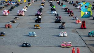 2,000 pares de zapatos de niños 'aparecen' en Londres como forma de protesta climática