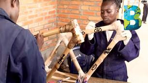 Mujeres revolucionan la movilidad en Ghana fabricando bicicletas de bambú