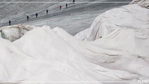 Suizos envuelven glaciar Ródano en mantas y esperanzas para evitar que se derrita