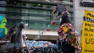 Tras protestas, Nestlé promete reducir uso de plásticos… aunque no es suficiente