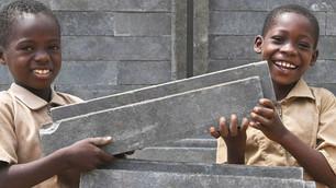 Costa de Marfil construye escuelas con plástico reciclado