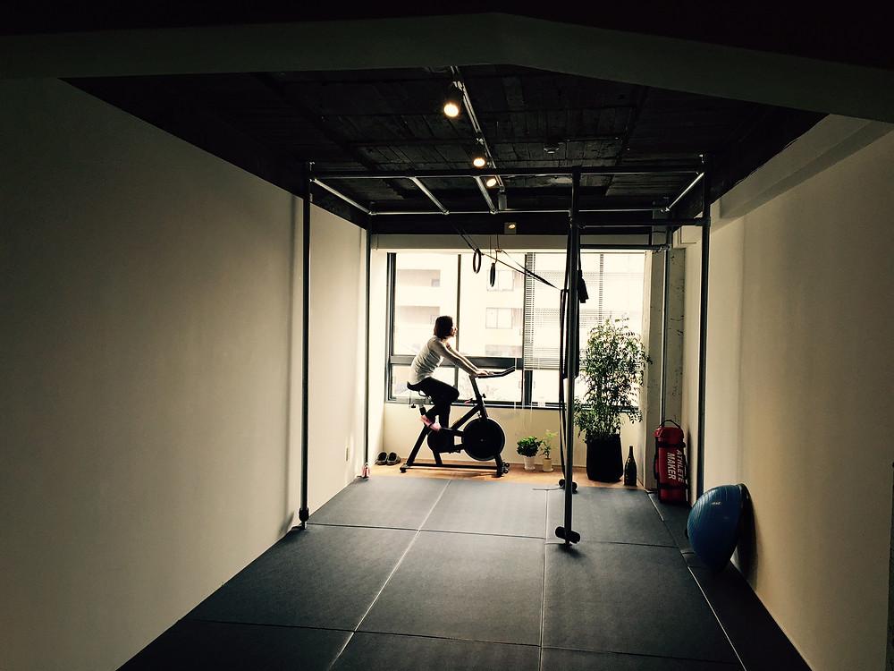 つくるビルのスポーツジムMOVEMENTでスピンバイク