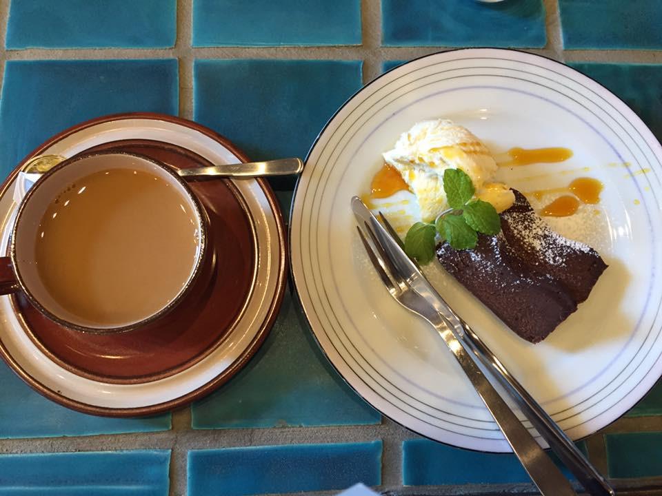 SOLUMカフェのコーヒーとチョコブラウニー