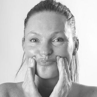 Ansigtsyoga til fyldige læber og færre rynker omkring munden. Denne øvelse er effektiv til rynker og linjer omkring munden og kinderne.