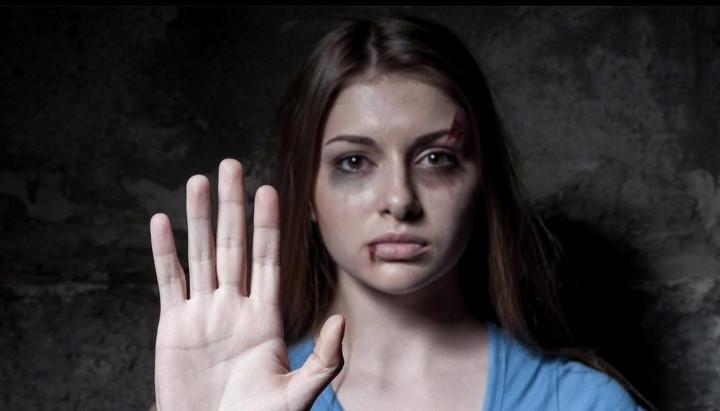 تأثير البيئة الاجتماعية على العنف ضد المرأة