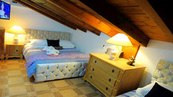 Bedroom 4: Luxury Double Bedroom With King Size Bed, Single Size Bed, Air Conditioning, LED Smart T.