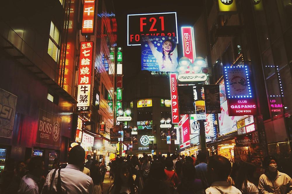 Strada con insegne illuminate a Tokyo