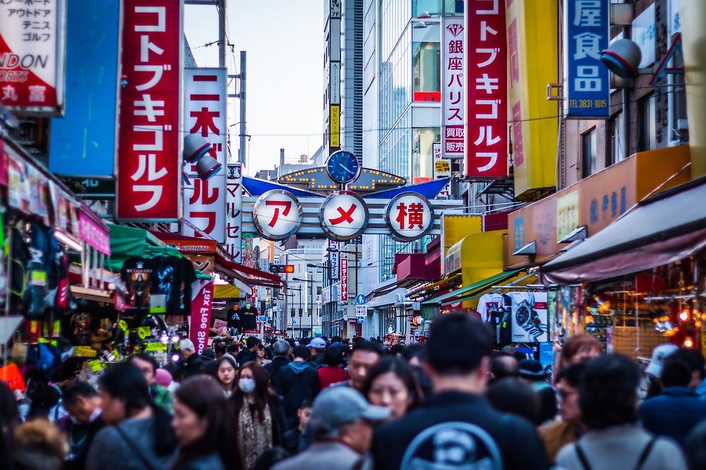 Strada in Giappone con insegne