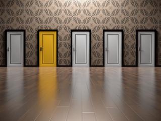 Siehst du eine Tür - wenn ja, wie sieht sie aus und welche Farbe hat sie?
