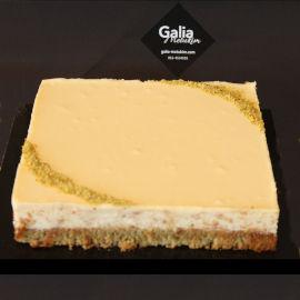 עוגת גבינה ניו יורק אפויה ושכבת קרם לימון חמצמץ על עוגת פיסטוק נימוחה