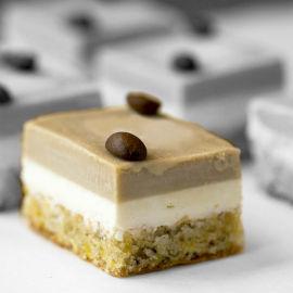 עוגת גבינה אפוייה על תחתית פיסטוק ושקדים ובציפוי קרם קרמל קפה