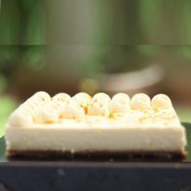 תחתית פרורים פריכה, שכבת גבינה קרמית אפוייה וקרם לימון חמצמץ